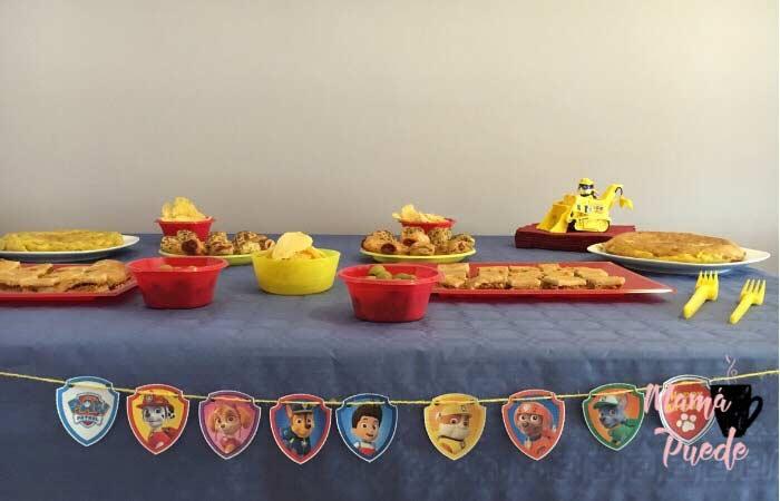 mesa merienda en una fiesta de la patrulla canina