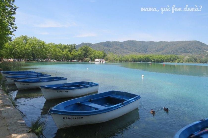 barcas a remo en la ribera del lago de Banyoles