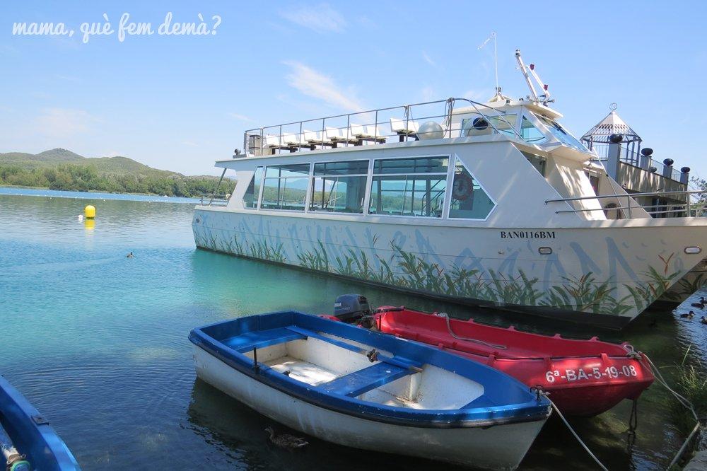 Barco la tirona y barcas en el lago de Banyoles