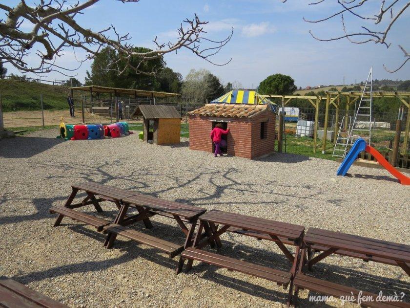 Mesas de picnic para niños, tobogán y casita para jugar en Granja Can Pidelaserra