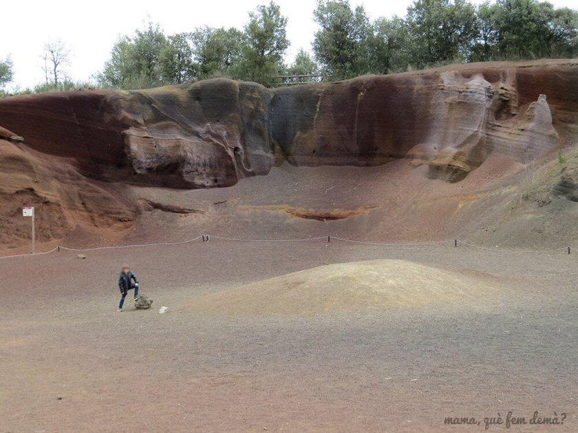 Niño pisando una piedra volcánica en el Croscat