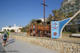Bonito parque infantil en el paseo marítimo de Sitges.
