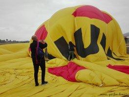 Avanzamos encima del globo para quitarle el aire.