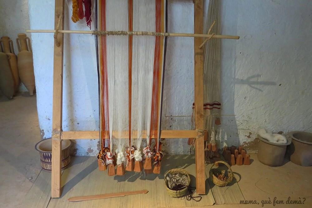 Telar en una recreación de una casa ibérica en el Poblat ibèric Ca n'Oliver de Cerdanyola del Vallès