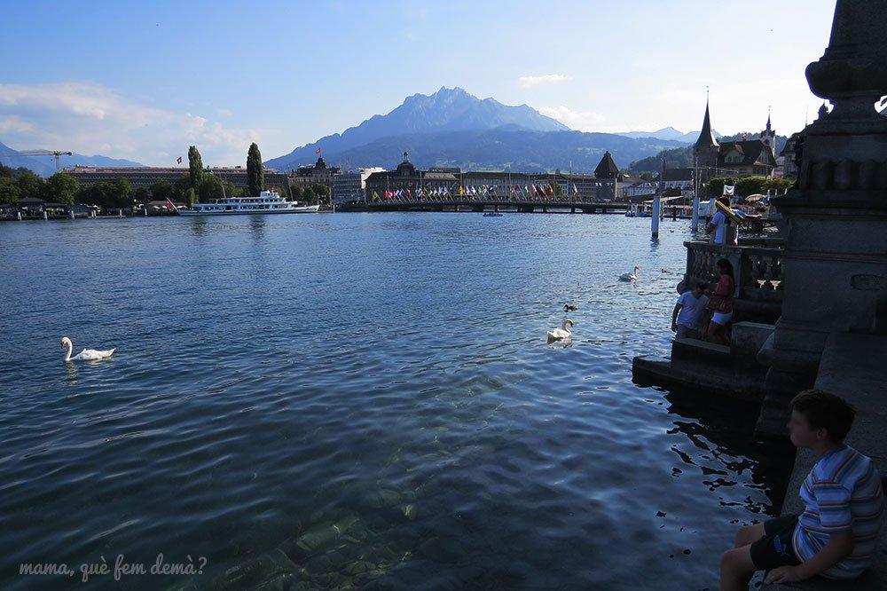 Lago de los cuatro cantones de Lucerna con el Monte Pilatus de fondo
