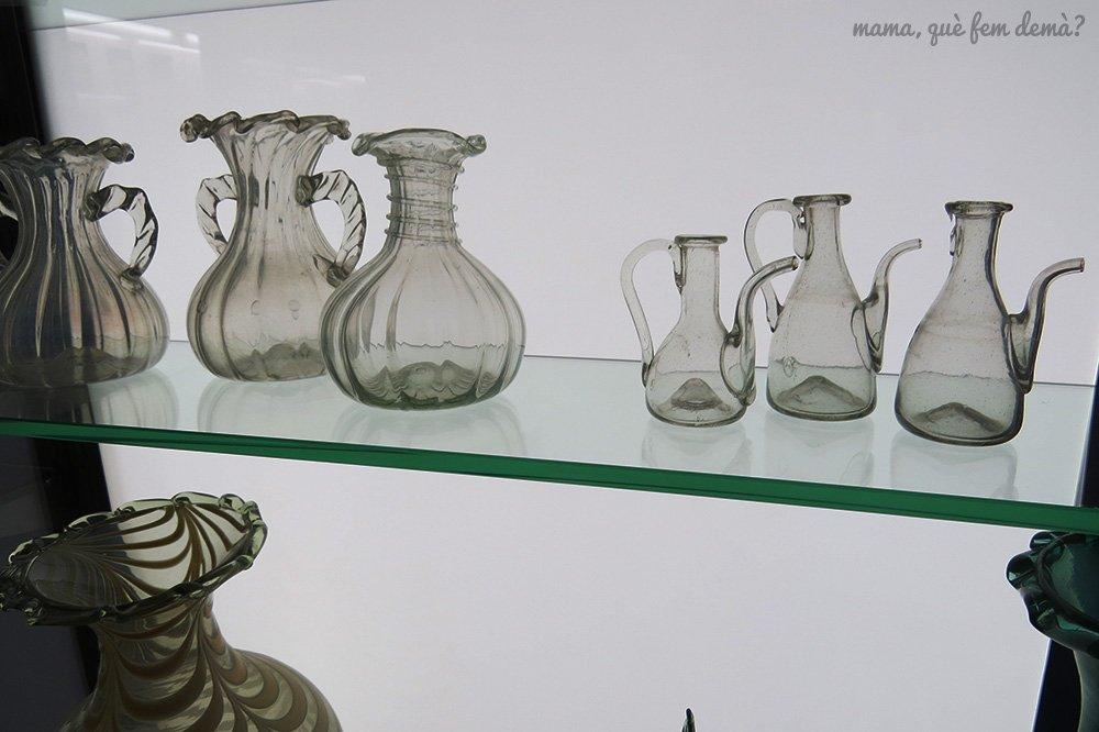 exposición de jarras de vidrio en el Museu del Vidre de Vimbodí