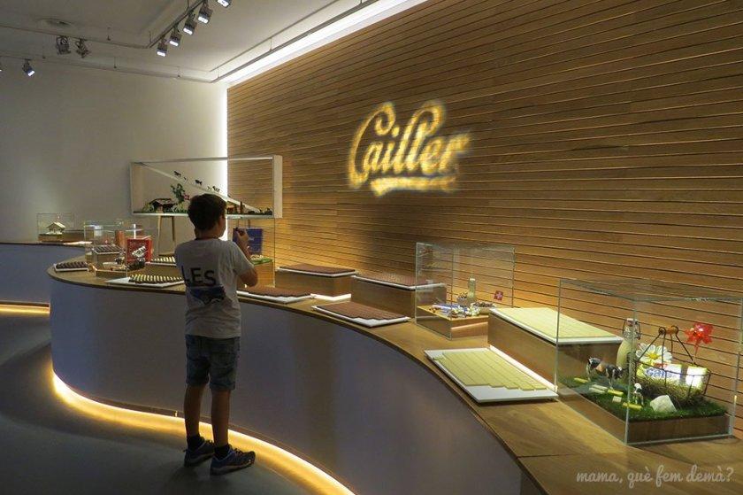 Mesa de degustación de chocolates Cailler, con un niño comiendo una chocolatina