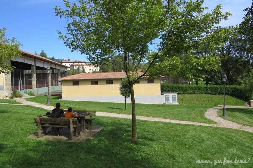 Mesas de picnic al lado del pabellón deportivo de Vidrà