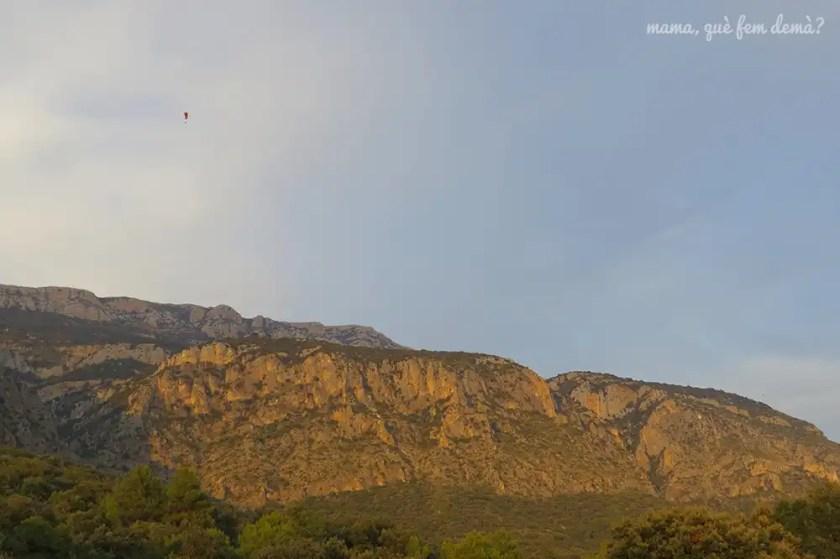 parapente en el aire en la sierra del Montsec