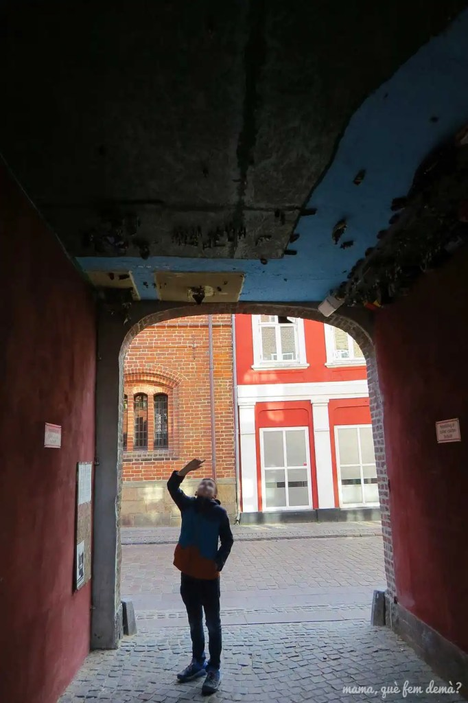 pasadizo del bar Stenbohus con un niño mirando el techo que hay Legos