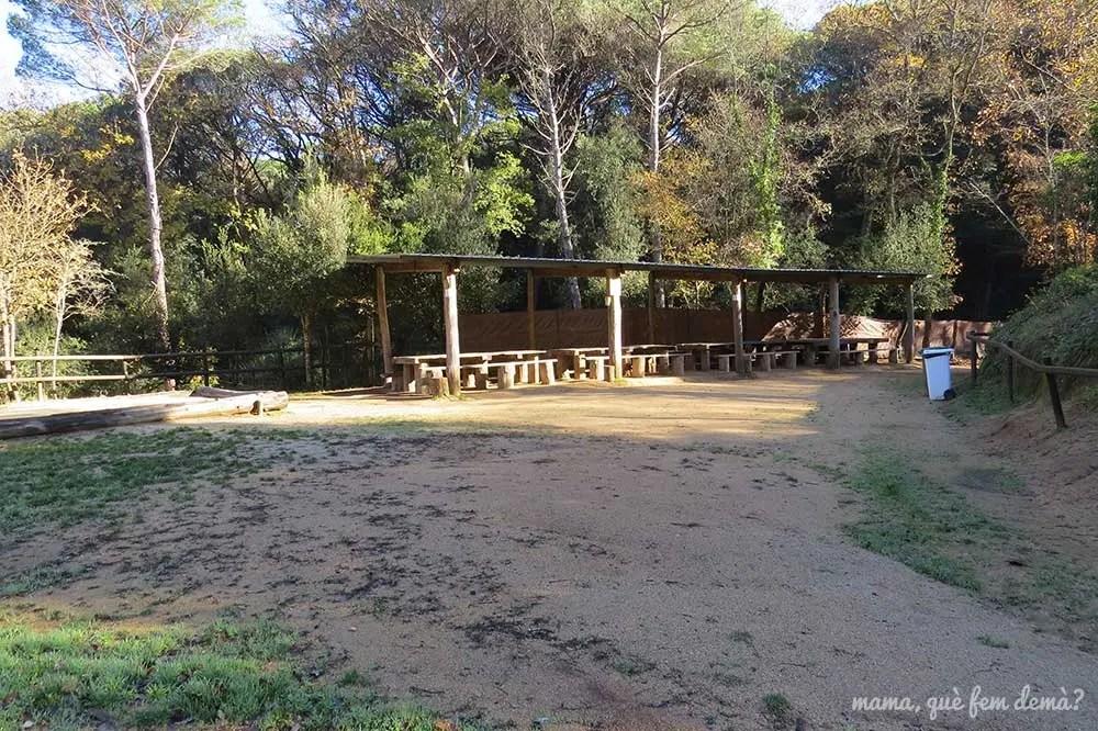 vista de la zona de mesas de picnic en Rukimon