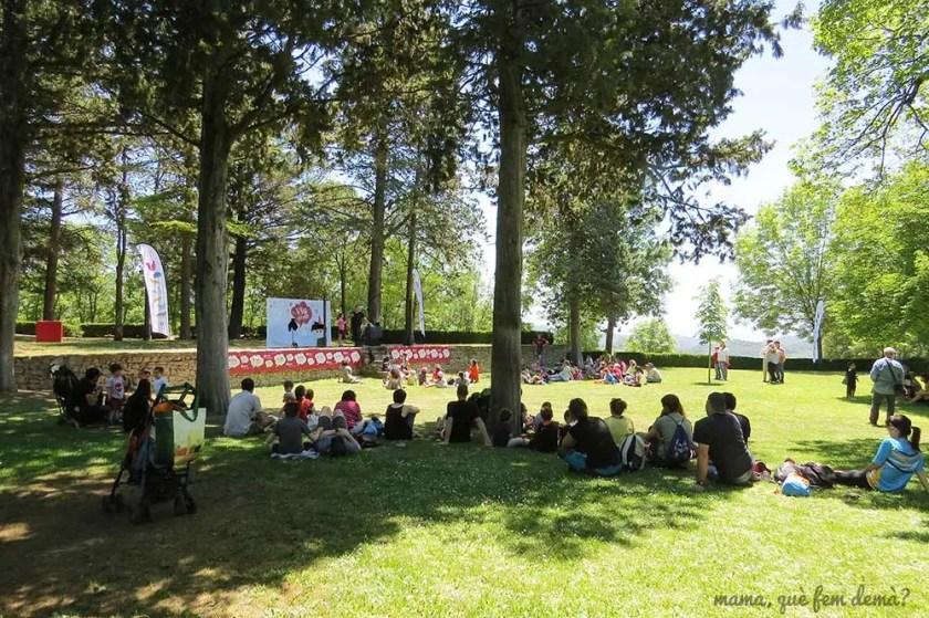 gente mirando el espectáculo de magia en los jardines del castell de montesquiu
