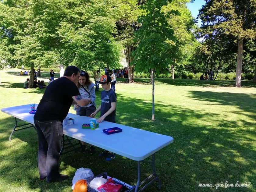mago enseñando trucos de magia en los jardines del castell de montesquiu