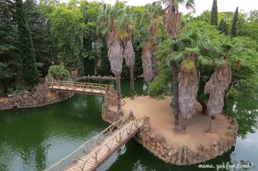 Isla de palmeras con pasarelas vista desde lo alto de la gruta del lago del parc Samà