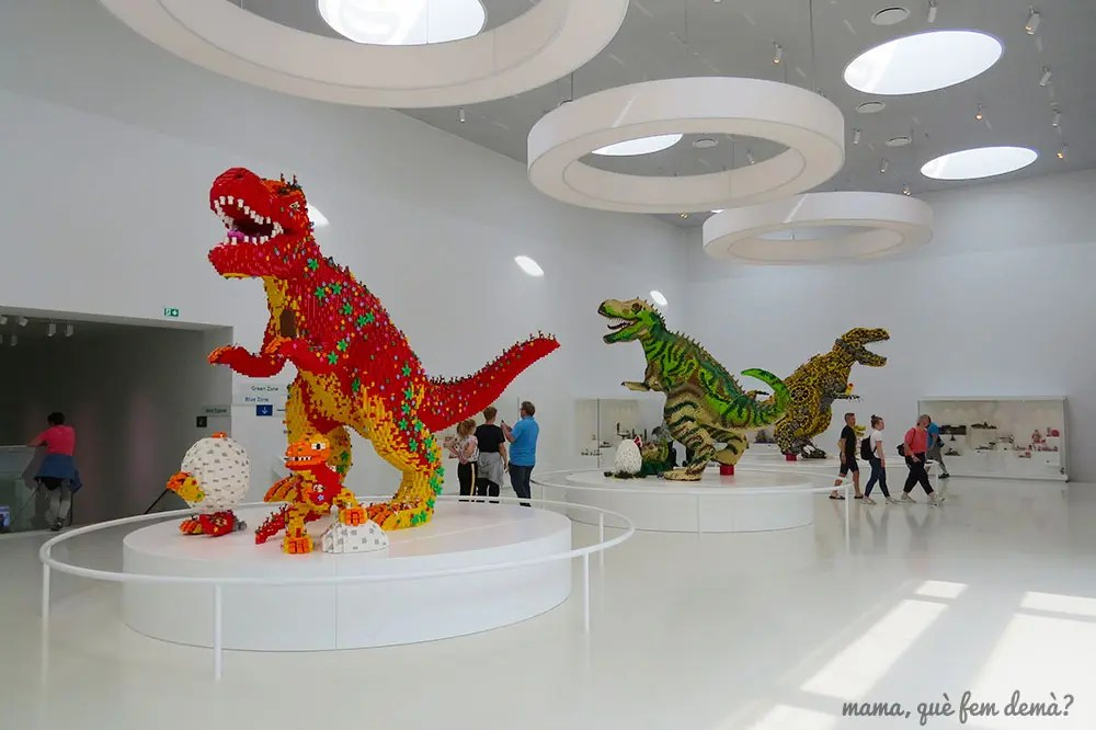 Tres dinosaurios gigantes en la Lego House