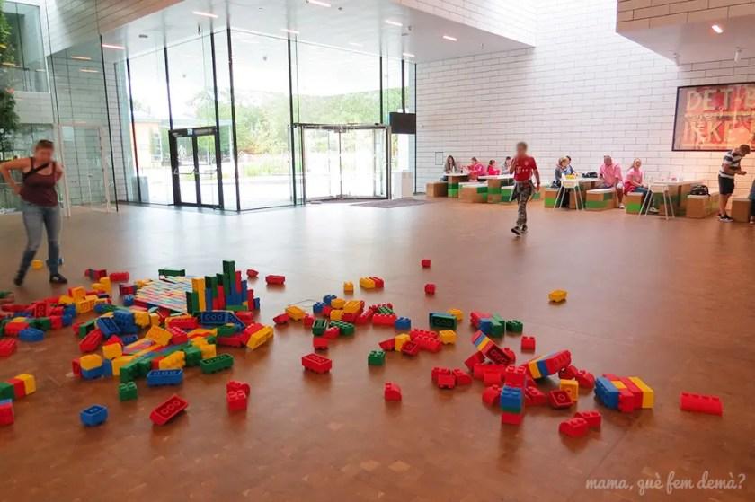 Planta baja de Lego House con mesas de picnic y fichas de goma por el suelo