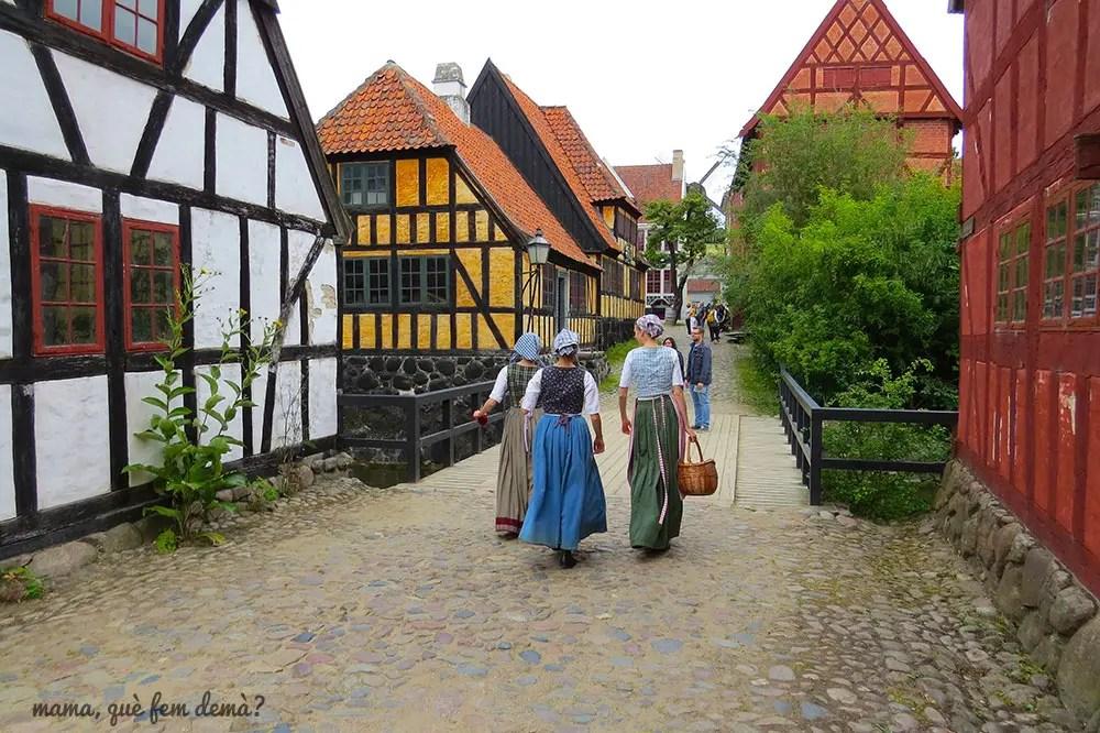 chicas vestidas de época en Den Gamle By de Aarhus