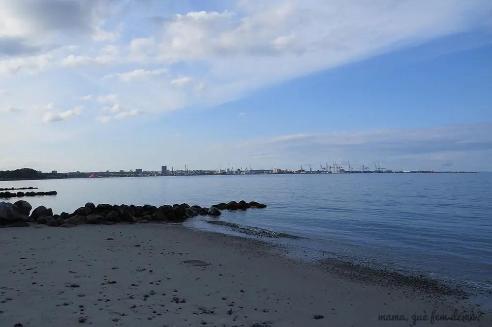 puerto de Aarhus desde la playa Ballehage