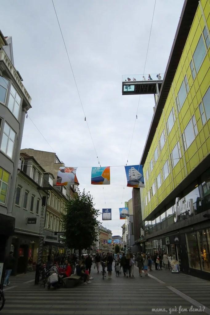 balcón de suelo transparente del centro comercial Salling visto desde la calle Søndergade