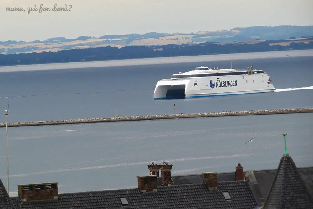 barco en el puerto de Aarhus visto desde el centro comercial Salling