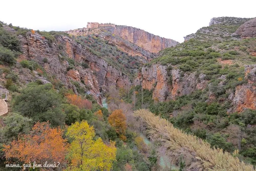 Vistas de las pasarelas del cañón del río Vero y de la colegiata de Alquézar desde el mirador final de la ruta