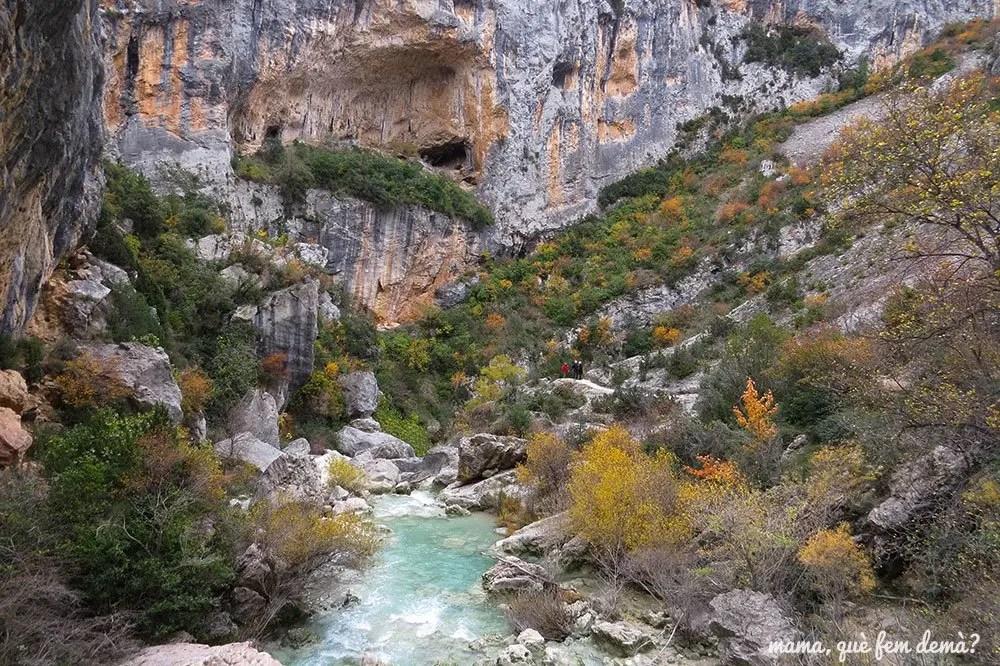 Tramo de la ruta de las pasarelas de Alquézar con variedad de colores otoñales y piedras agujereadas