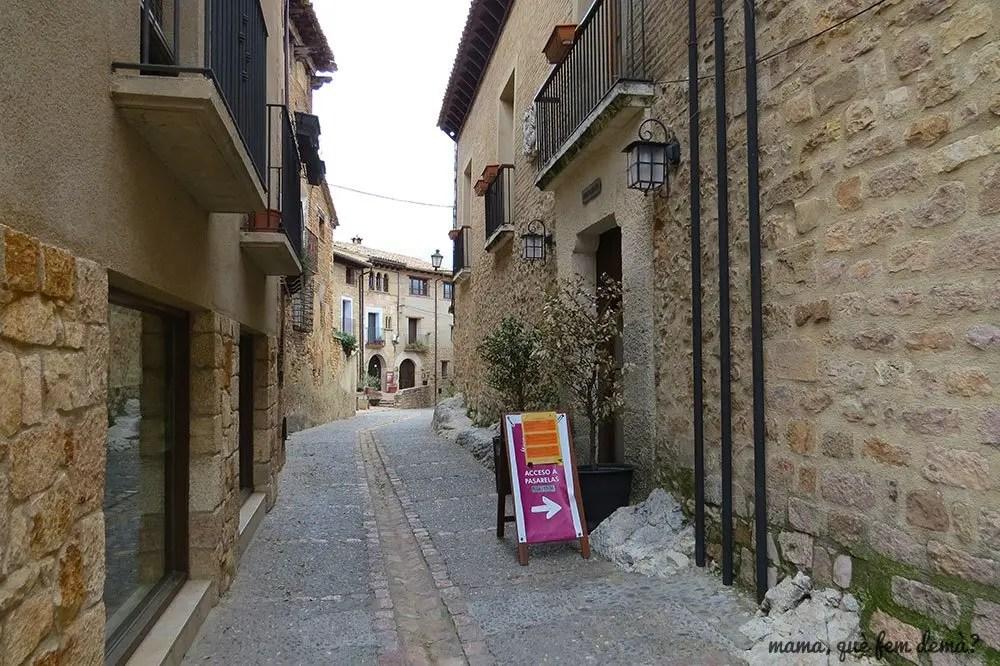 Calle del Ayuntamiento de Alquézar donde se compran o recogen las entradas para las pasarelas del Vero