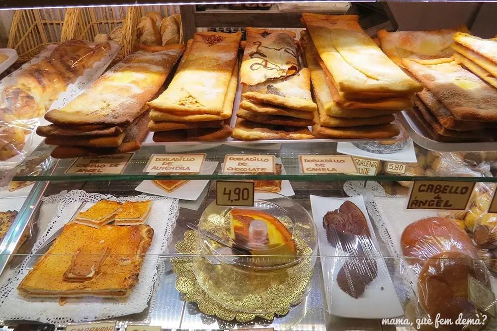 surtido de dulces y dobladillos de Alquézar de la cafetería-panadería l'Artica