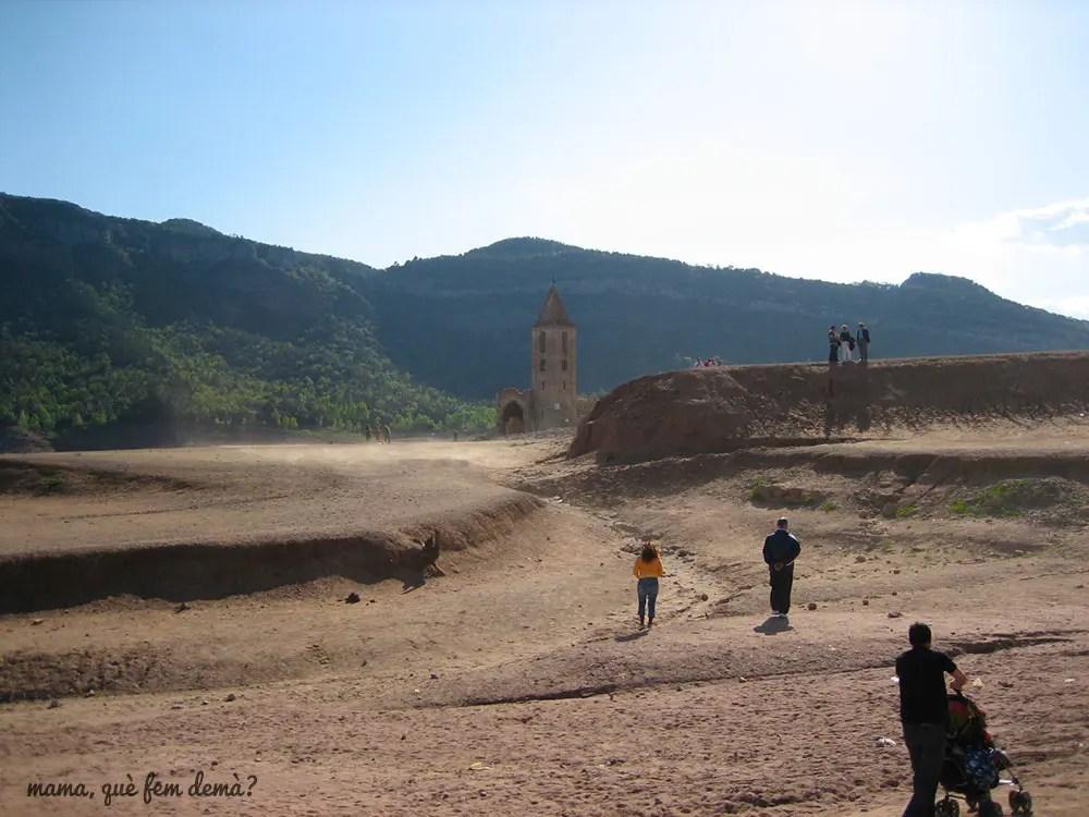 iglesia del pueblo hundido en el pantano de Sau, con el pantano sin agua