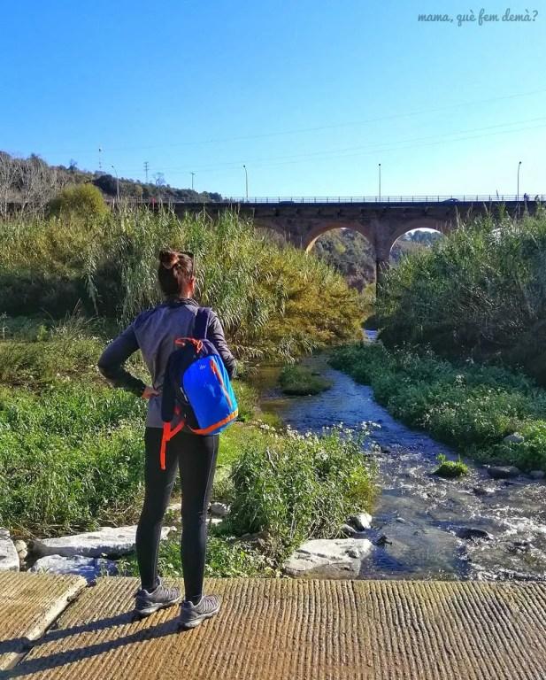 mujer mirando el puente de la salud de sabadell