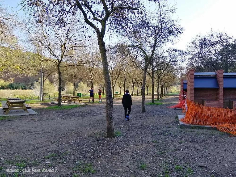 mesas y barbacoas de la zona de pícnic de Sant Vicenç de Jonqueres