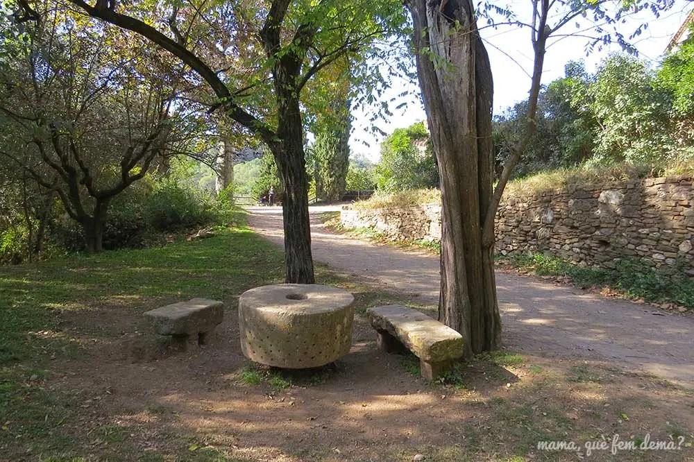 Mesas y bancos de piedra de la Masia Can Planes