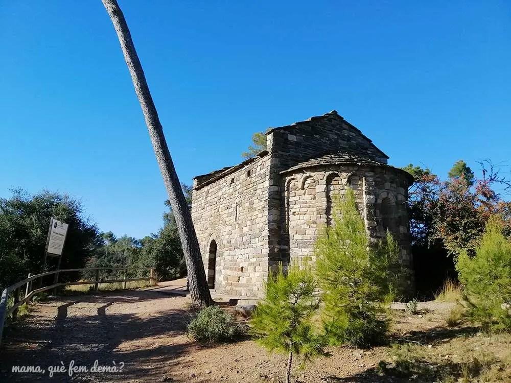 Exterior de la iglesia de Sant Vicenç de Verders en el bosc de Can Deu de Sabadell