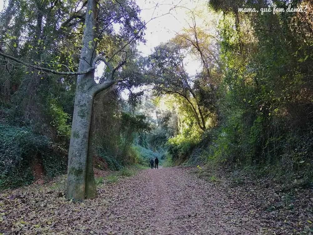 Dos personas caminando por el Torrent desl Capellans de Sabadell