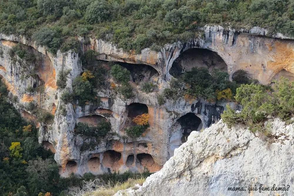 Vista de las oquedades del Tozal de Mallata en la Sierra de Guara de Huesca