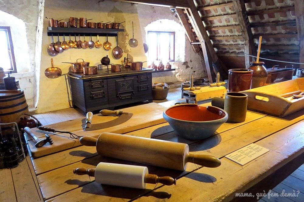 Exposición de utensilios de cocina antiguos en el Castillo de Egeskov