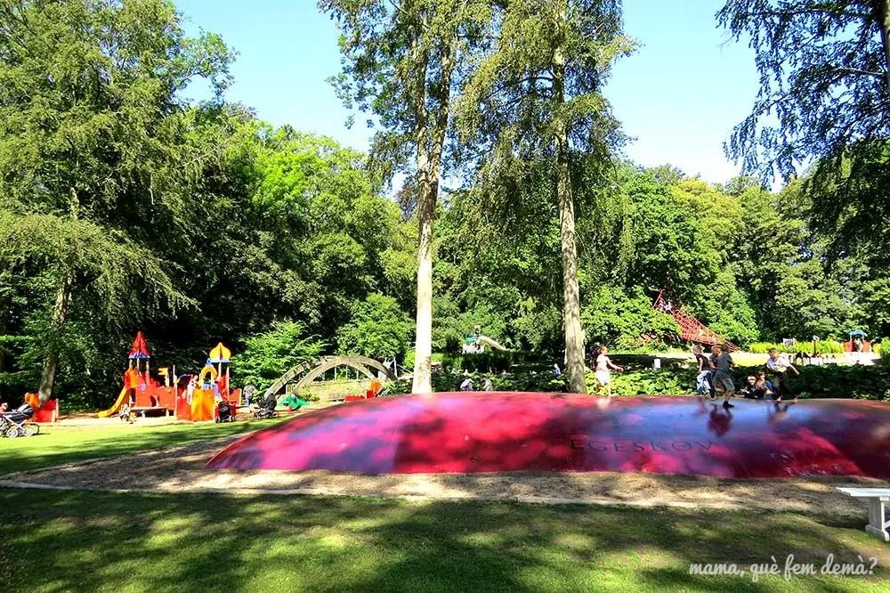 Parque infantil y gran colchoneta en el Castillo de Egeskov