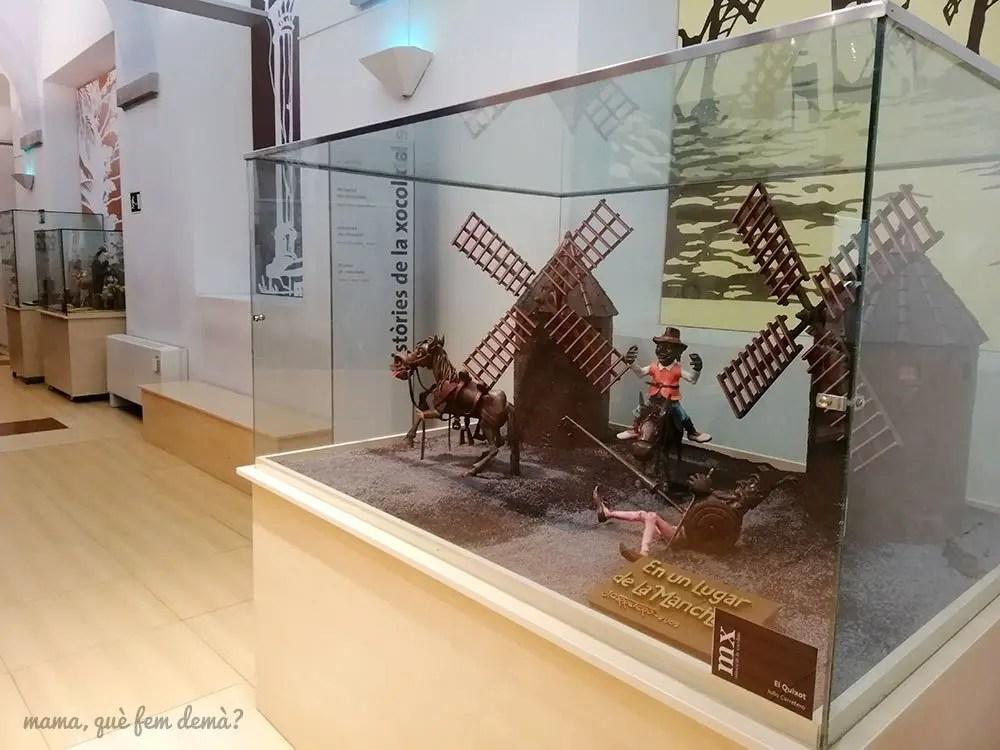 Mona sobre el Quijote en el Dos huevos de Pascua decorados y metidos en sus cajas de cartón en el Museu de la Xocolata de Barcelona