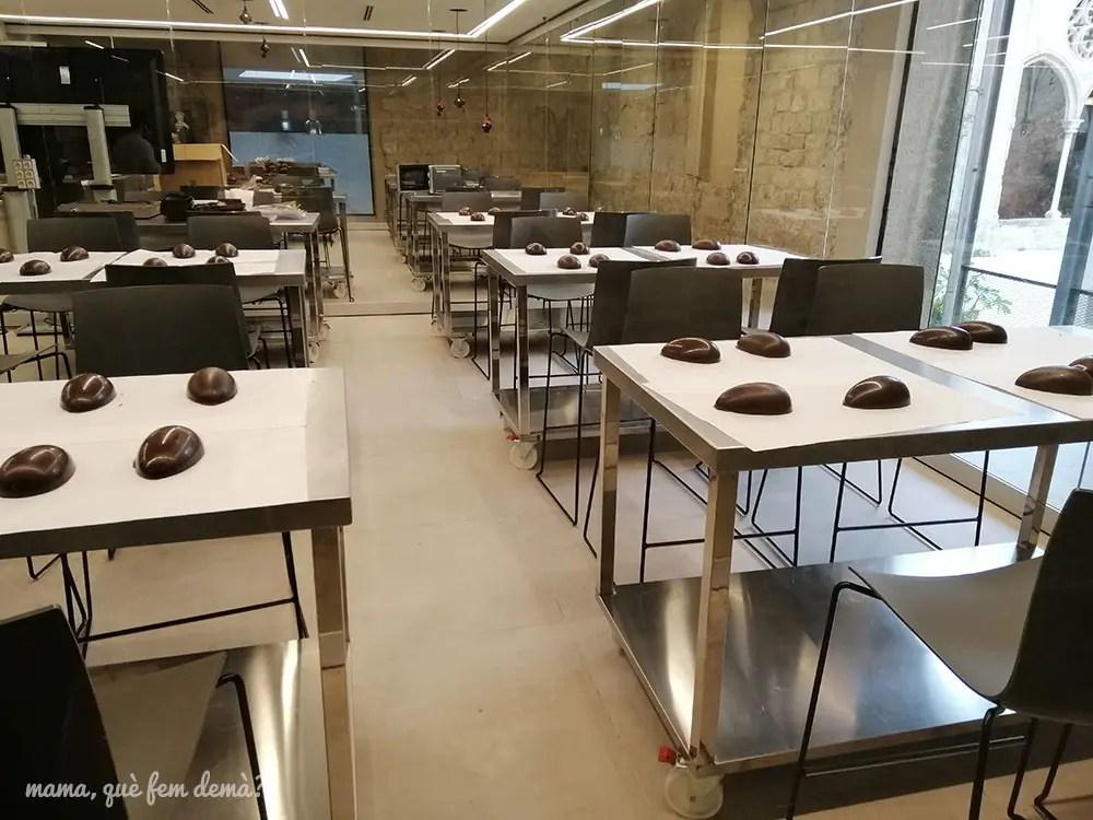 Sala donde realizan los talleres del Museu de la Xocolata de Barcelona, con huevos de chocolate para hacer el taller de huevos de pascua