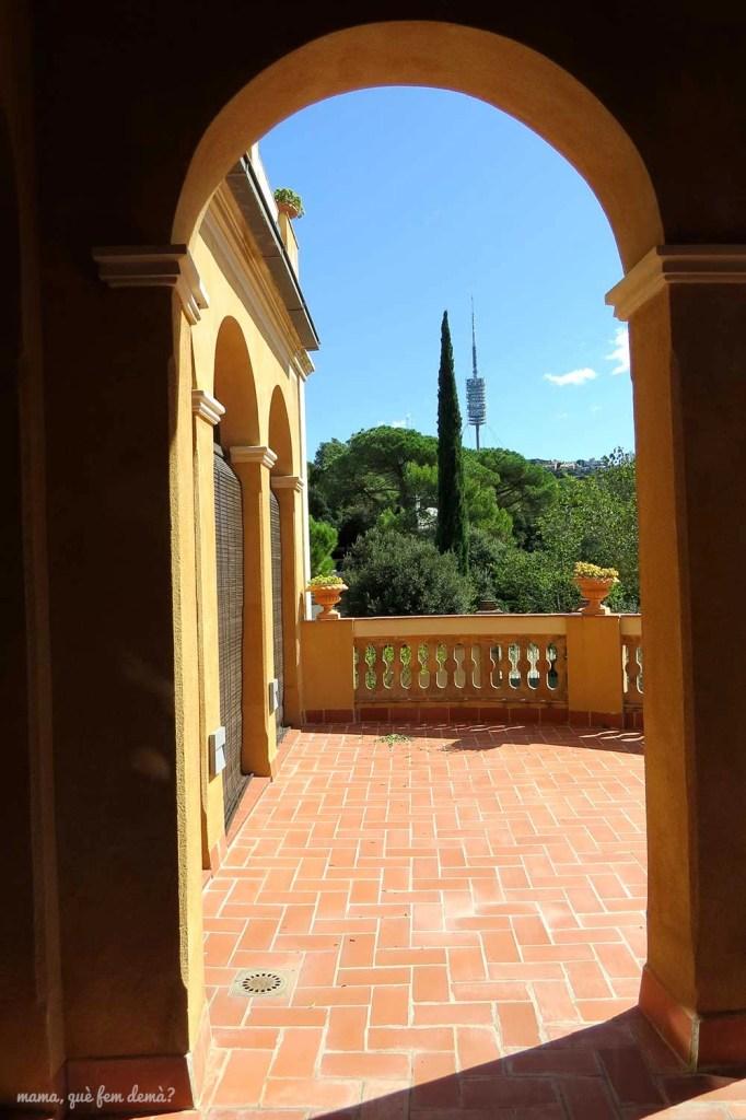 Balcón de Vil·la Joana con la Torre de Collserola a lo lejos