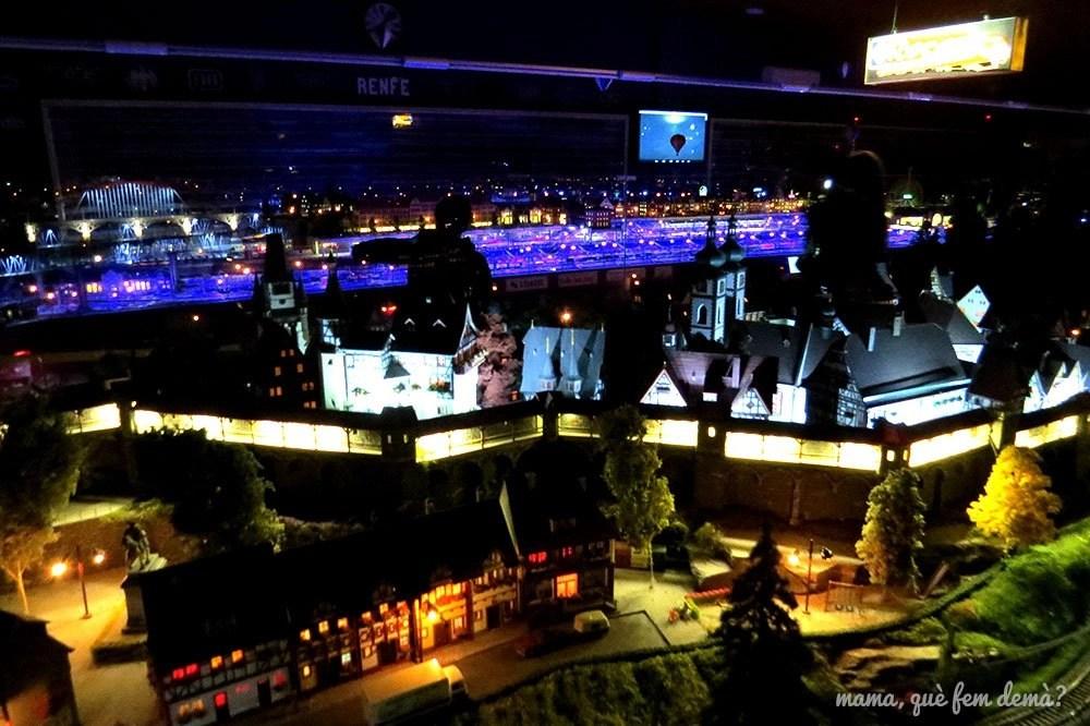 Ciudad de noche en el Railhome BCN