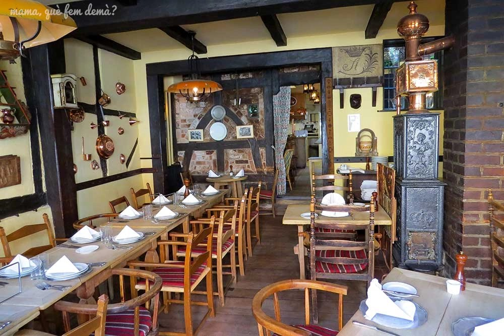 Interior del restaurante Den Gamle Kro en Odense, Dinamarca