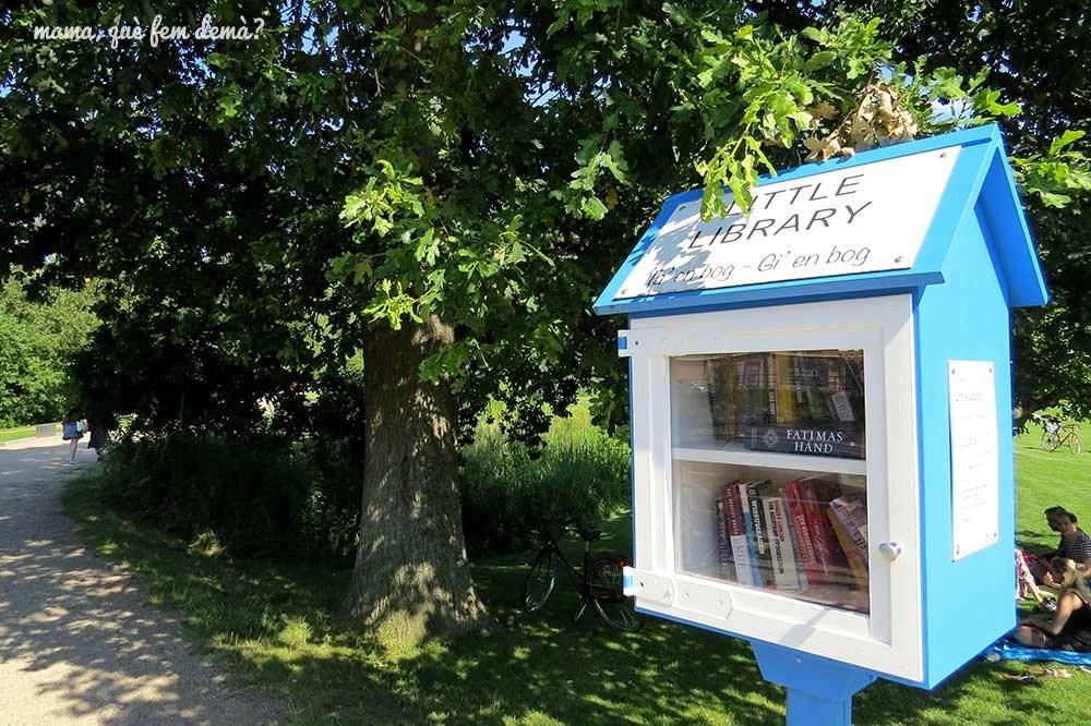 Mini biblioteca en el parque Munke Mose de Odense, Dinamarca