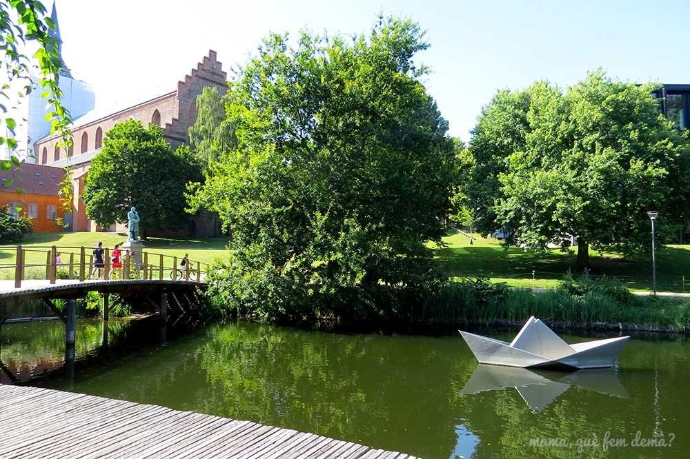 Papirbåden skulptur, escultura del barco de papel en Odense, Dinamarca