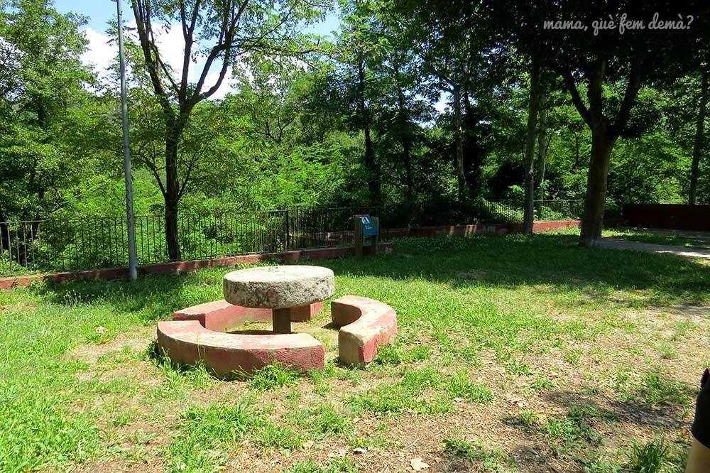 Mesa de piedra y la fuente Fontmartina de Santa Maria de Palautordera