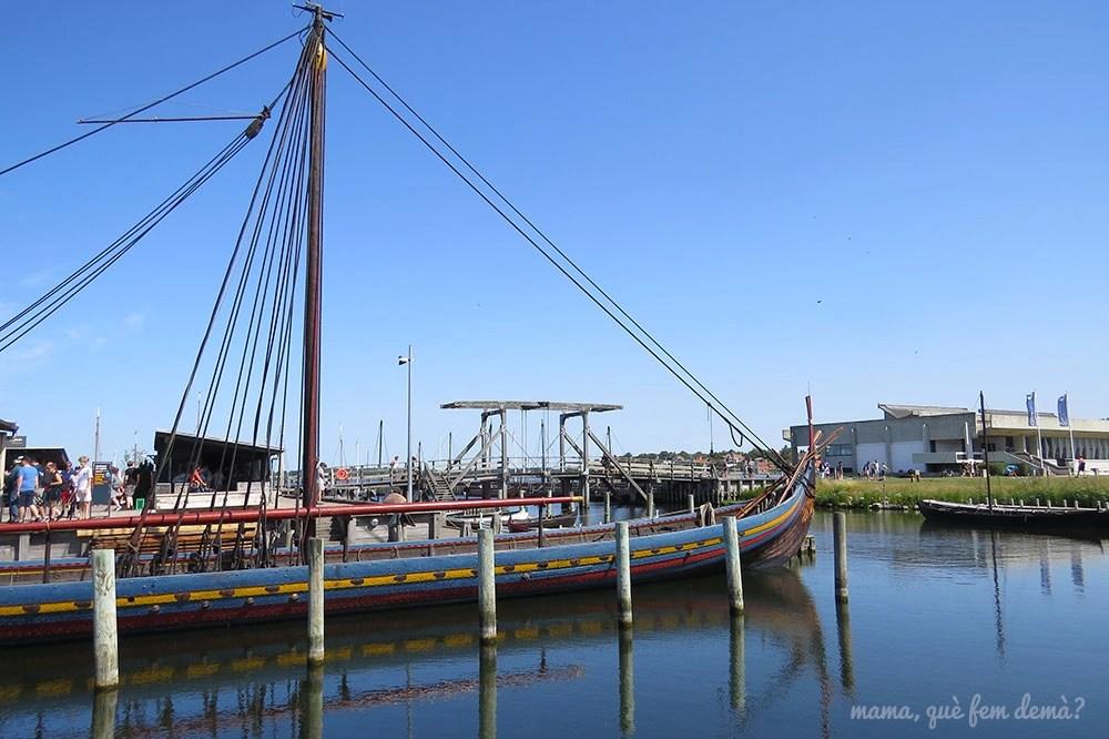 Barco vikingo afuera del museo de barcos vikingos en Roskilde