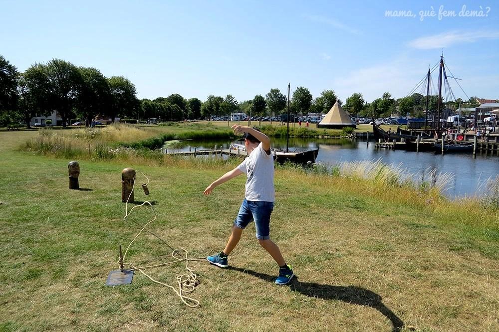 niño jugando con juegos vikingos en el museo de barcos vikingos de roskilde