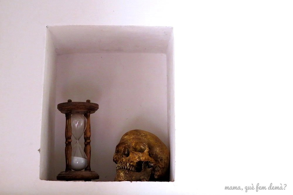 Reloj de arena y calavera en el interior de una celda de la Cartoixa d'Escaladei