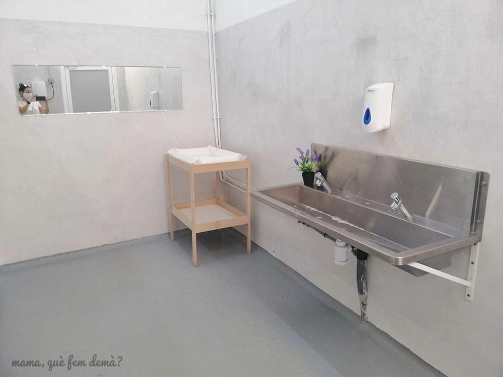 Interior de los lavabos y cambiador de bebés de la Flama de Canyamars