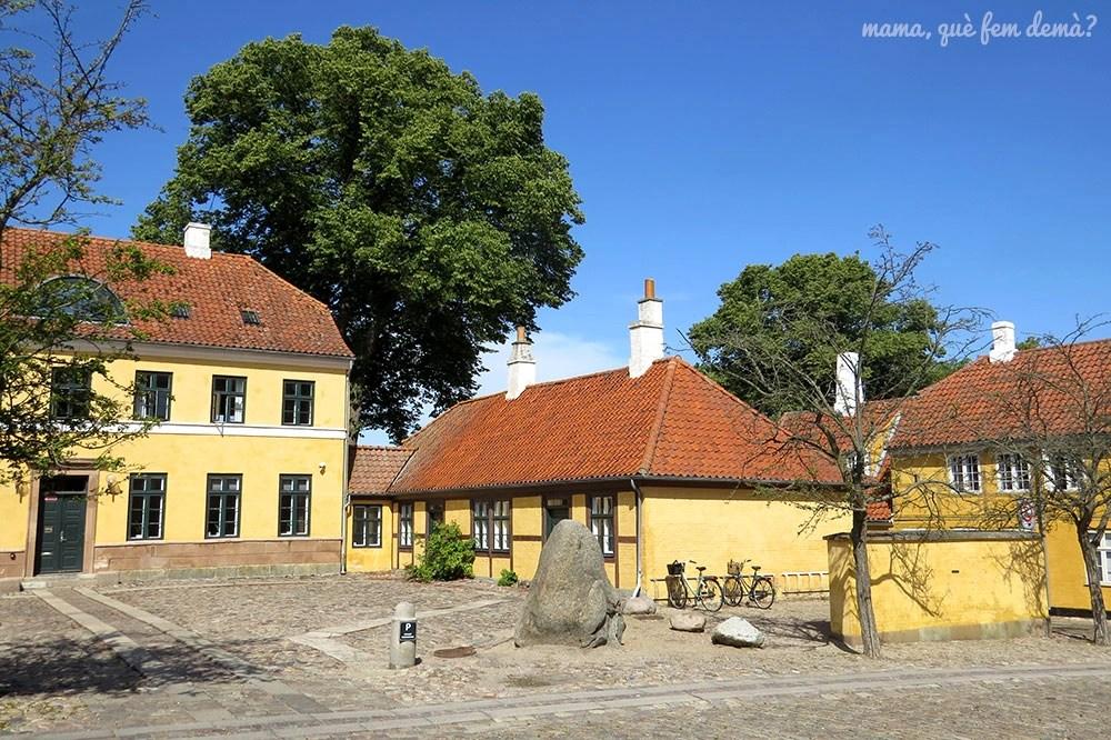 Casas medievales delante de la catedral de Roskilde